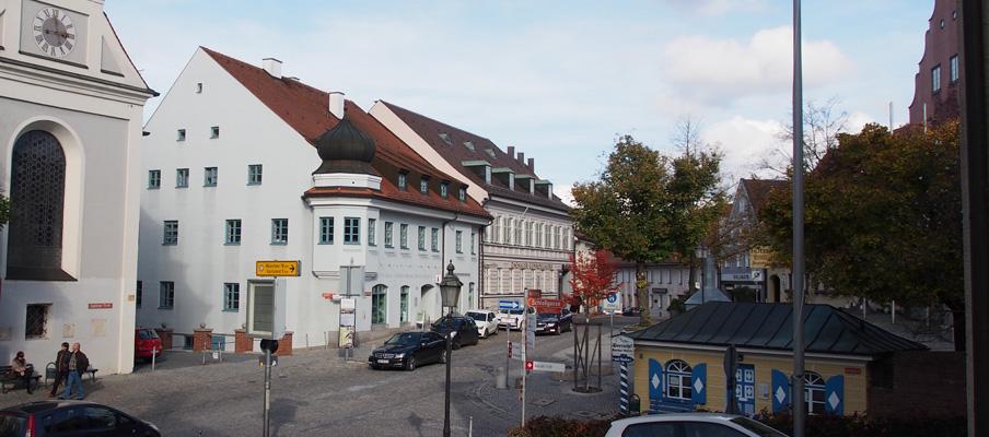 Dachau vorm Rathaus, dem Karlsberg und der Kirche Sankt Jakob.