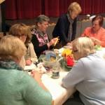Bastelgruppe beim erklären der Deko Ostern 2016