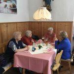 Freunde am Tisch des Geburtstagskindes