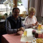 Alfred am Tisch