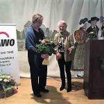 Thea Zimmer bedankt sich für die Festrede durch Nicole Schley mit Blumenstrauß