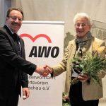 Alfred Stelzer gratuliert Thea Zimmer für 35 Jahre Vorsitz AWO OV Dachau e.V.