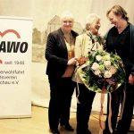 Nicole Schley über reicht mit Regina Besch AWO BZ OBB einen Blumenstrauß