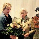 Thea Zimmer überreicht Nicole Schley einen Blumenstrauß