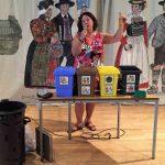 """Frau Burger beim erklären """"Wie trenne ich Müll Richtig"""""""