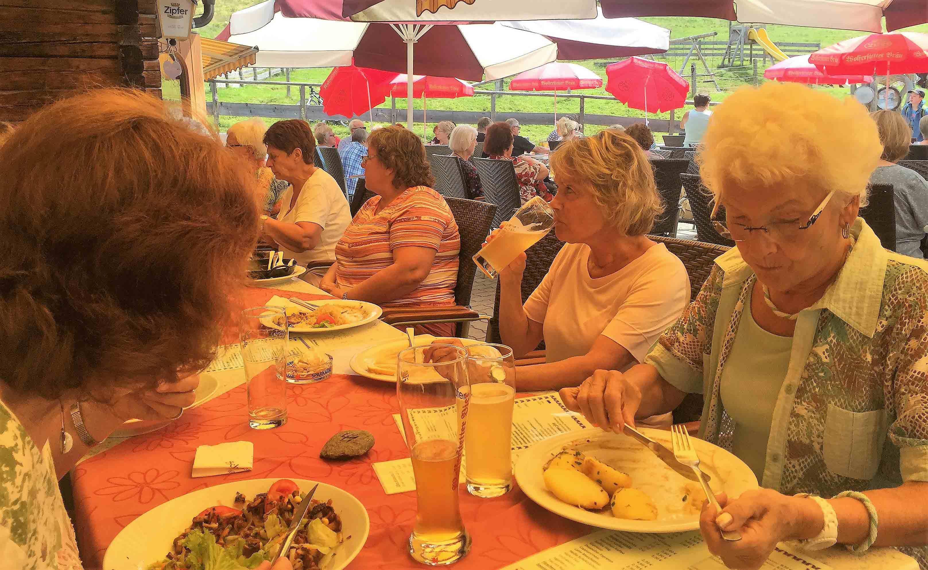 Gemeinsames Mittagessen auf der Schönangeralm